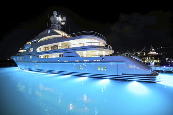 http://www.underwaterlights.com/content/media/gallery/boat/my-madsummer/m-02.jpg
